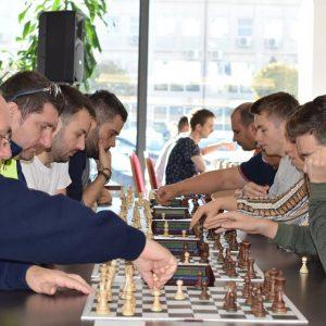 """Cu o rundă înainte de final Andrei Istrăţescu este lider în Openul Internaţional de Şah """"România 100"""" alături de alţi patru jucători!"""